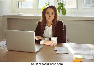 beau, jeune femme, séance, dans, elle, bureau maison