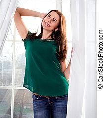 beau, jeune, fenêtre, fond, fille souriant