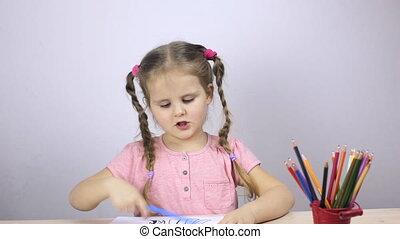 beau, jeune fille, dessine, à, crayons, à, home., education, concept