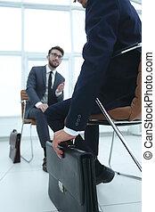 beau, jeune, homme affaires, tenue, a, serviette noire, dans, sien, han