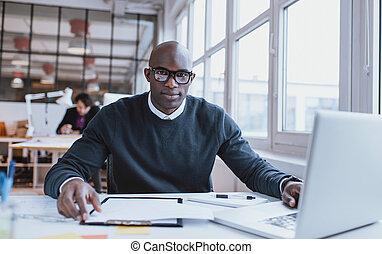 beau, jeune, homme africain, à, sien, bureau, à, ordinateur portable