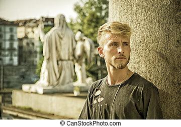beau, jeune homme, dans, ville européenne