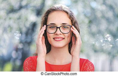 beau, jeune, natu, dehors, portrait, girl, heureux, lunettes