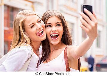 beau, jeune, selfie, selfie., deux, grimacer, fabrication amis, femmes