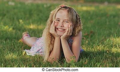 beau, jouir de, girl, sain, nature., jeune, grass., champ vert, dehors, sourire, herbe, blond, mensonge