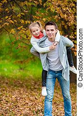 beau, jouir de, peu, famille, père, parc, week-end, automne, leur, dehors, girl, adorable, outdoors., heureux