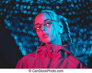 beau, lenses., coiffure, ville, night., bleu, néon, inhabituel, teint, jeune, cheveux, lumières, braids., rose, hipster, adolescent, joli, fille sérieuse, incandescent, lunettes