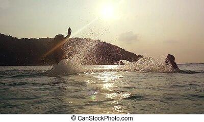 beau, lent, couple, vacationin, sur, motion., jeune, eau, coucher soleil, mer, irrigation, heureux
