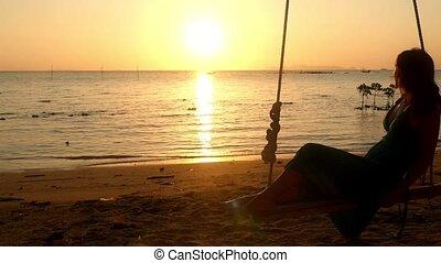 beau, lent, délassant, plage., motion., jeune, abrutissant, femme, coucher soleil, oscillation, balançoire, 1920x1080