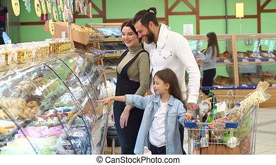 beau, lent, fille, leur, mo, supermarket., bonbons, parents, choisir