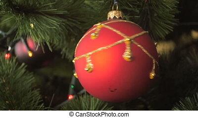 beau, lent, métrage, arbre, babiole, mouvement, rotation, closeup, décoré, noël, rouges