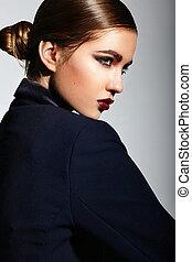 beau, look.glamor, mode, maquillage, élevé, clair, brunette, peau, portrait, parfait, jeune, caucasien, rouges, femme, studio, sexy, closeup, lèvres, veste, propre, élégant, modèle