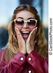 beau, lunettes soleil, grand plan, girl, rue., dents, amusement, portrait, sourire, avoir, gentil