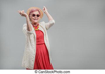 beau, lunettes soleil port, chapeau, personne agee, dame, heureux