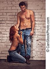 beau, mâle, modèle, poser, à, beau, girl, sur, sexy, shoot.,...