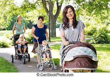 beau, mère, pousser, poussette bébé, dans parc