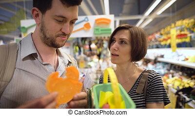 beau, magasin, couple, jeune, choisir, jouets, enfants