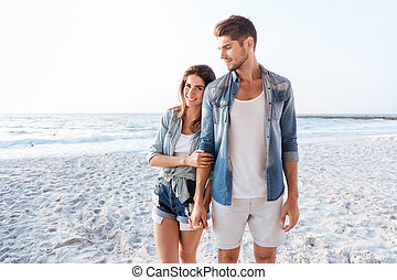 beau, mains tenue couple, et, marche, plage