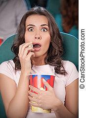 beau, manger, cinéma, film, cinema., regarder, jeune, quoique, pop-corn, femmes