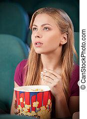 beau, manger, cinéma, film, cinema., regarder, jeune, quoique, pop-corn, portrait, excité, femmes