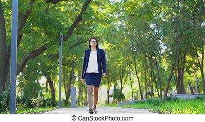 beau, marche, affaires femme, alone., université, travail, parc, jeune, lunettes, vert, usure, manière, garde, girl, formel, ou, heureux