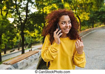 beau, marche, bouclé, nature, mobile, parc, jeune, gai, conversation, téléphone., étudiant, dehors, girl, heureux