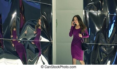 beau, marche, brunette, elle, pourpre, conversation, téléphone., mobile, vidéo, girl, robe, 4k