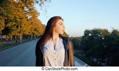 beau, marche, city., rue., automne, portrait, girl, chemisier, lent, jeune, blanc, apprécier, caucasien, femme heureuse, business, gratuite, étudiant, seul, sexy, mouvement, temps