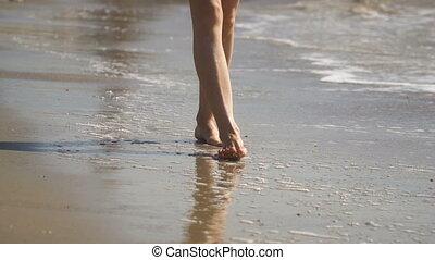 beau, marche, femme, course, eau, sable, plage., jambes, long