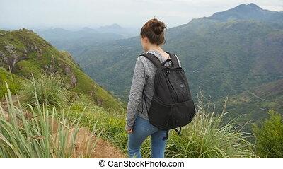 beau, marche, femme, femme, paysage, randonneur, lent, arête, sac à dos, jeune, arrière-plan., aller, montagnes, crest., touriste, nature, piste, lifestyle., actif, long, sain, mouvement, sommet, étroit