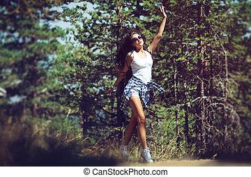 beau, marche, femme, jeune, forêt