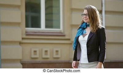 beau, marche, femme, jeune, rue, lunettes