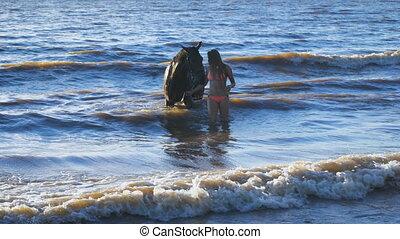 beau, marche, femme, jeune, suivant, sexy, blond, cheval, lac
