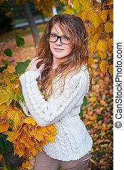 beau, marche, femme, lunettes soleil, fond, parc, jaune, feuillage automne