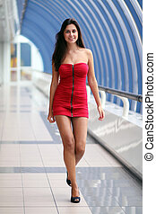 beau, marche, femme, robe, rouges