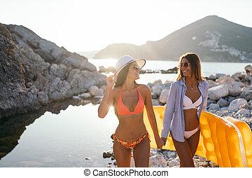 beau, marche, groupe, amis, jeune, plage, femmes
