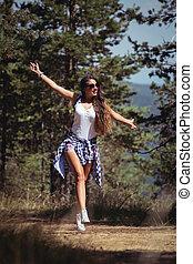 beau, marche, jeune fille, forêt