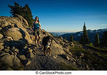 beau, marche, montagnes., chien, femmes