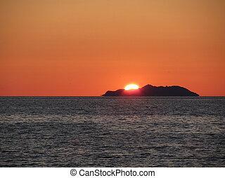 beau, mer, coucher soleil, à, île, silhouette, panorama, ., vue, de, gorgona, île, depuis, livorno, ville, ., toscane, italie