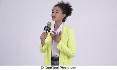 beau, microphone, femme affaires, jeune, africaine, chant, heureux