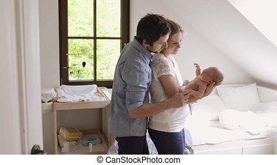 beau, mignon, daughter., jeune, leur, parents, tenant bébé