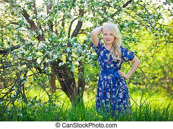 beau, mignon, peu, adorable, blond, jardin, été, printemps, nature., fleurir, ou, jouer, cerise, girl, enfantqui commence à marcher, enfant, jour, gosse