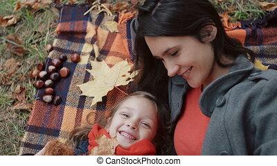 beau, mignon, peu, plaid, fille, elle, feuilles, parc, automne, mensonge, jeu mère, érable, 4k