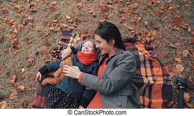 beau, mignon, peu, plaid, fille, elle, parc, automne, 4k, avoir, mère, amusement, mensonge