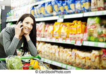 beau, mobile, femme, supermarché, téléphone