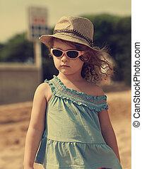beau, moden, gosse, girl, dans, chapeau, et, lunettes soleil, regarder, dehors