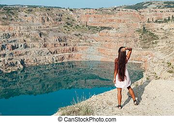 beau, montagne, femme, robe, lac, vue, regarde