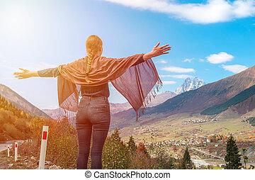 beau, montagnes, élevé, relâcher, bras, quoique, ushba, voyager, svaneti, montagne, girl