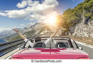 beau, montagnes, femme, voiture, ensoleillé, jeune, contre, day., route, mer, toile de fond