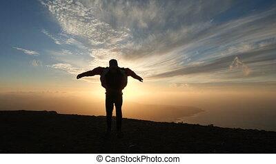 beau, motion., silhouette, remplit, jacket., sauter, courant, lent, coucher soleil, optimiste, fort, vent, homme